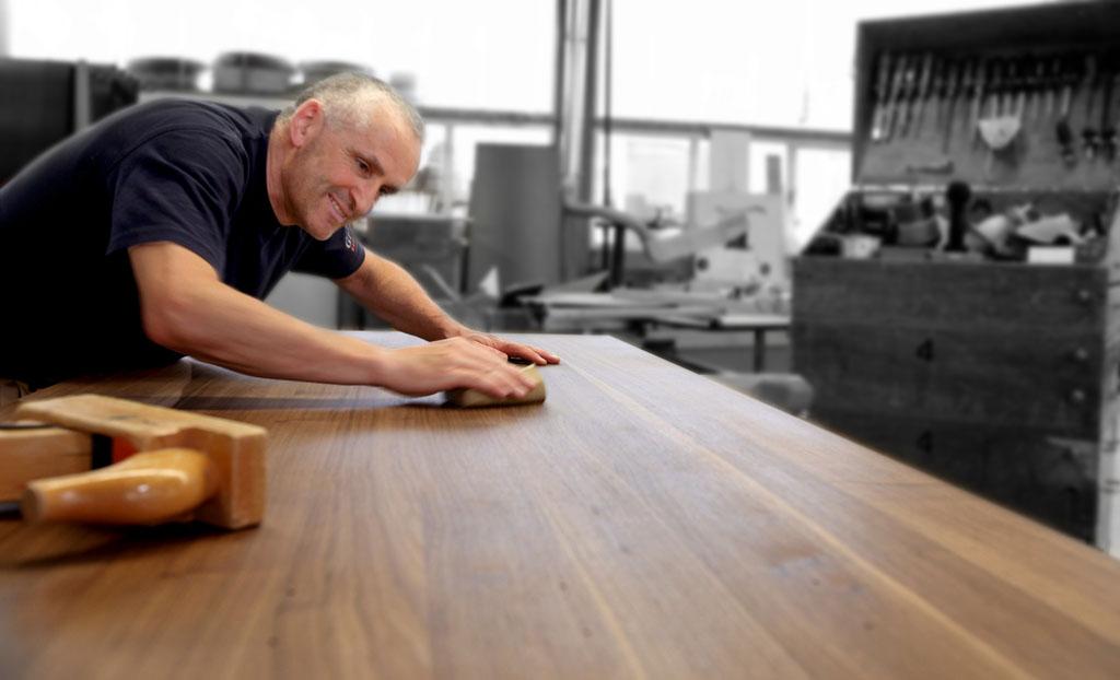 Klaus Kopp beim bearbeiten einer Holzoberfläche